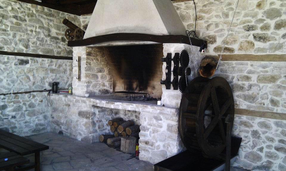 Облицовка с камък - камина във възрожденски дом