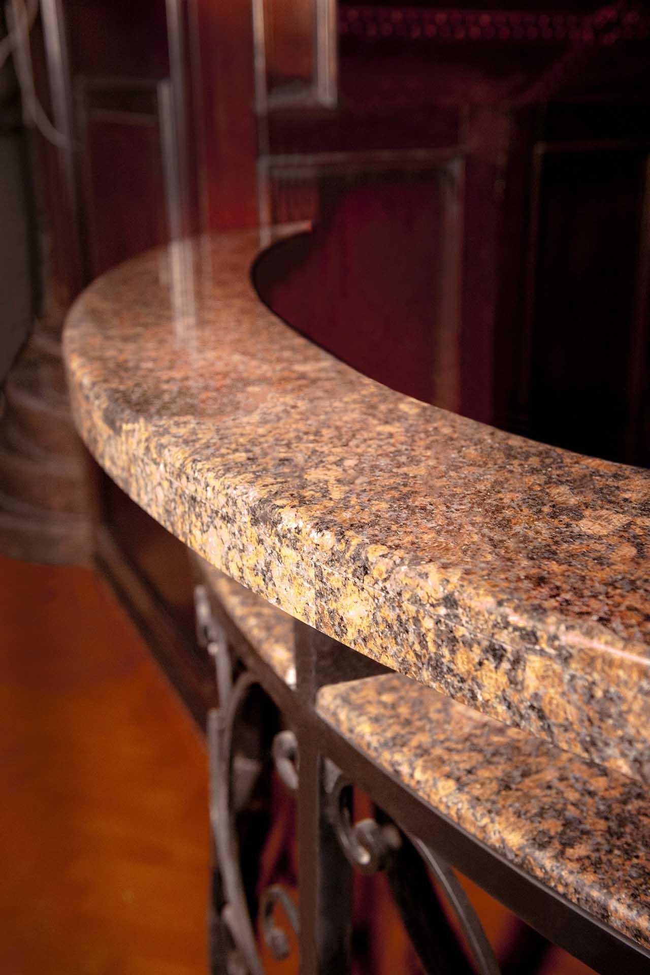 Барплот, облицован с естествен камък - овален