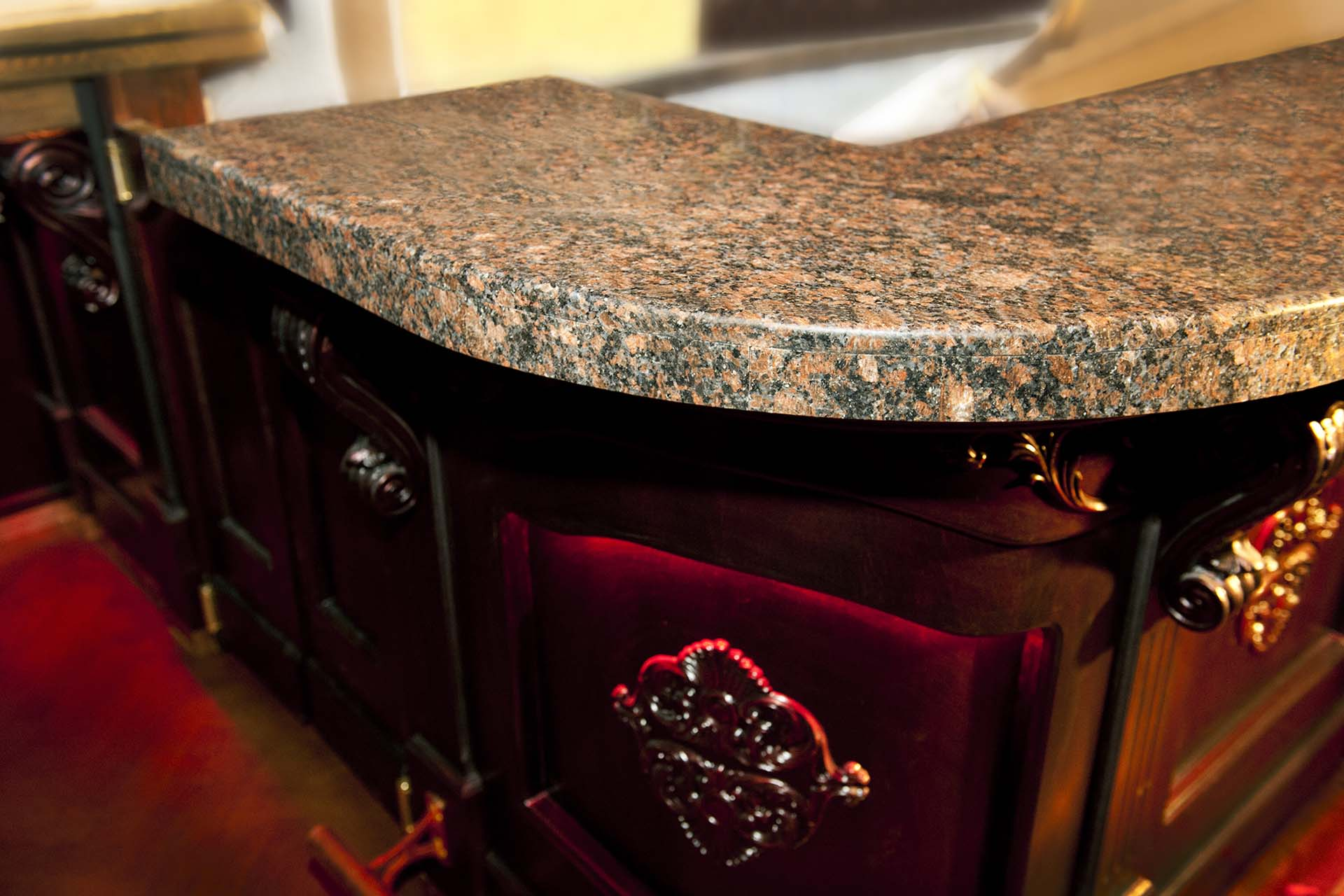 Барплот, облицован с естествен камък