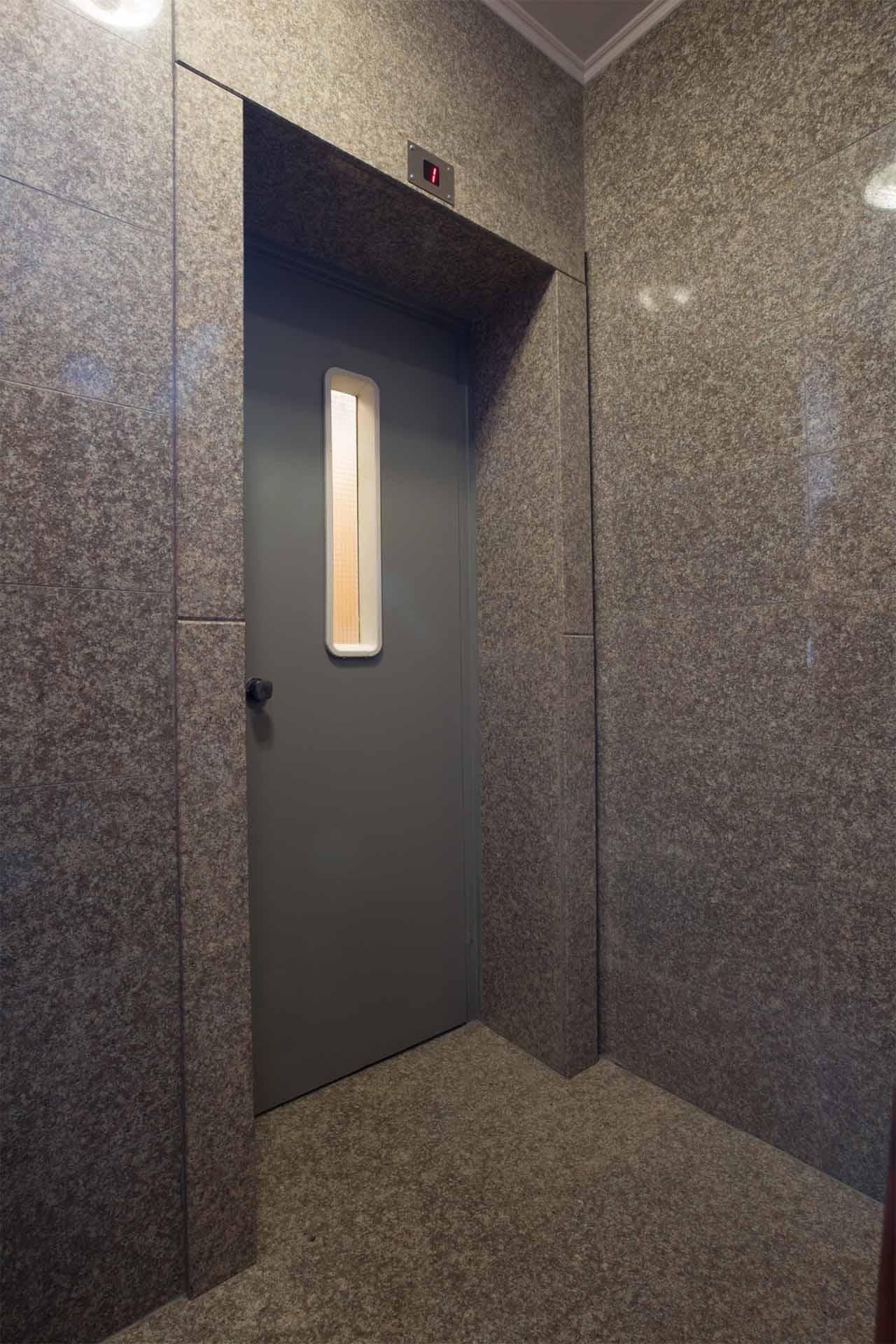 Декорации в интериора - облицовка асансьор