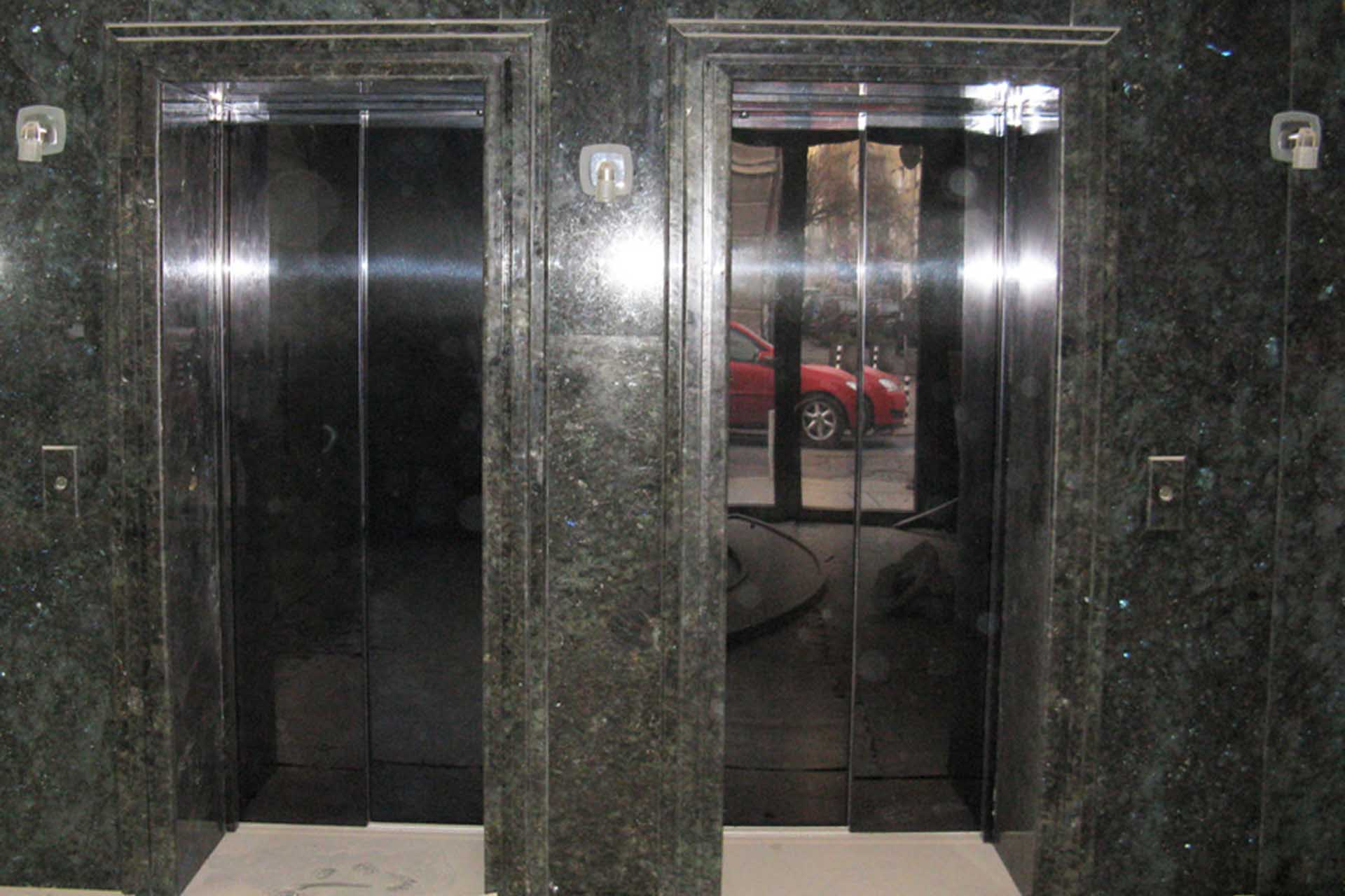 Декорация в интериора на сграда - асансьор