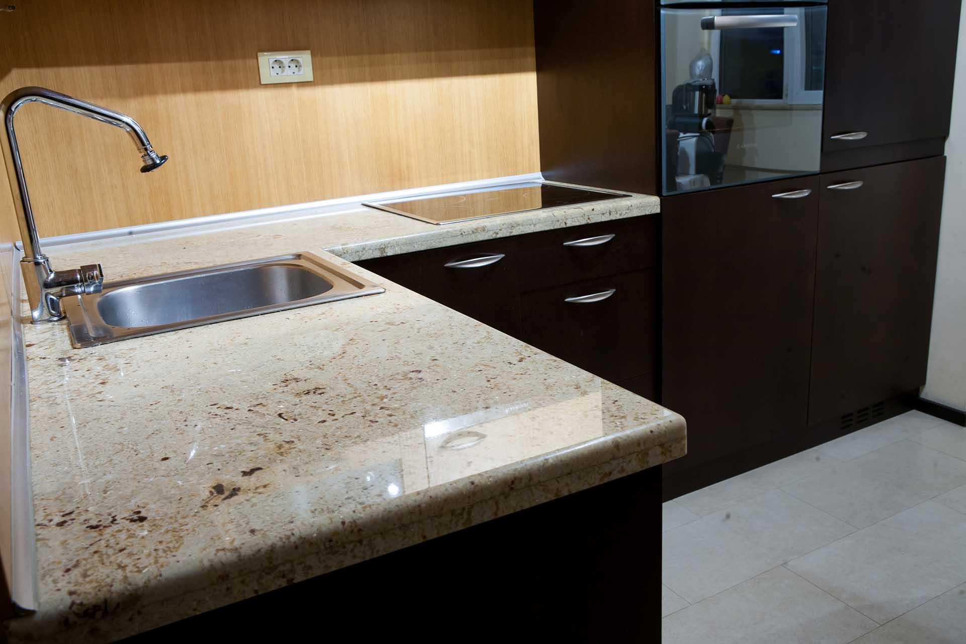 Висококачествена облицовка на плот в кухня