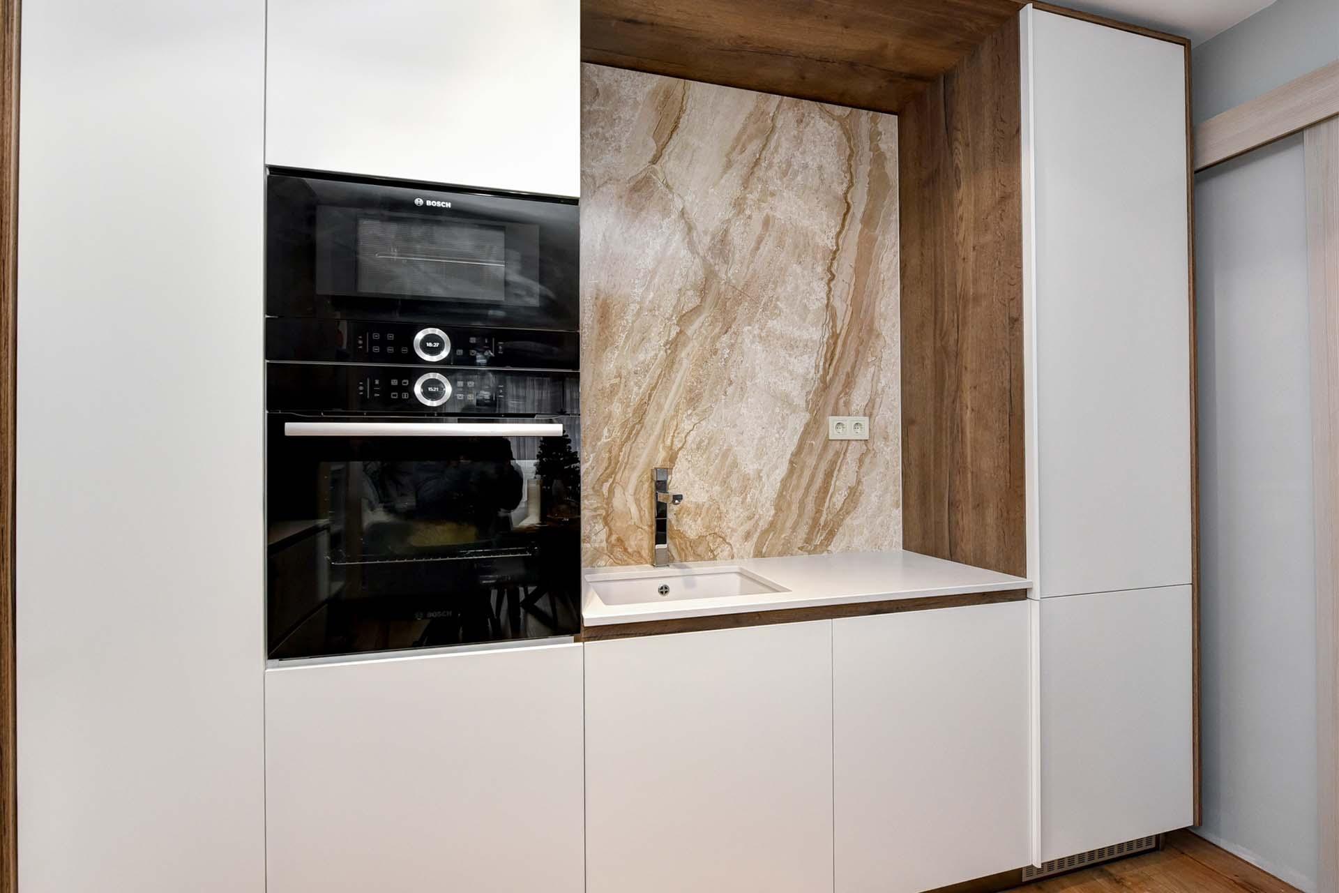 Облицован кухненски плот с мивка и шкафове