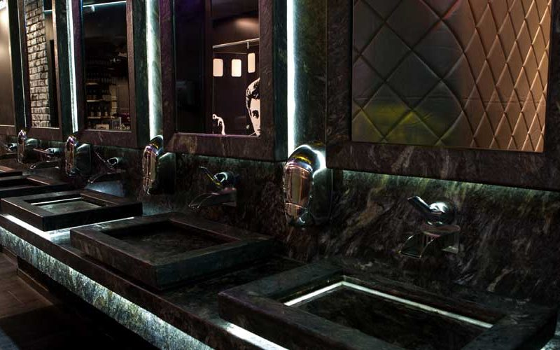 Облицовка - баня на нощен клуб - естествен камък
