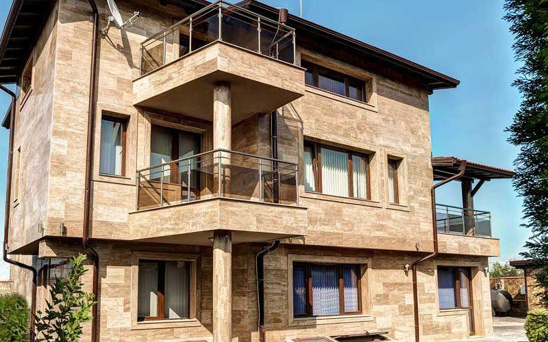 Облицовка на фасада на къща с травертин Noce