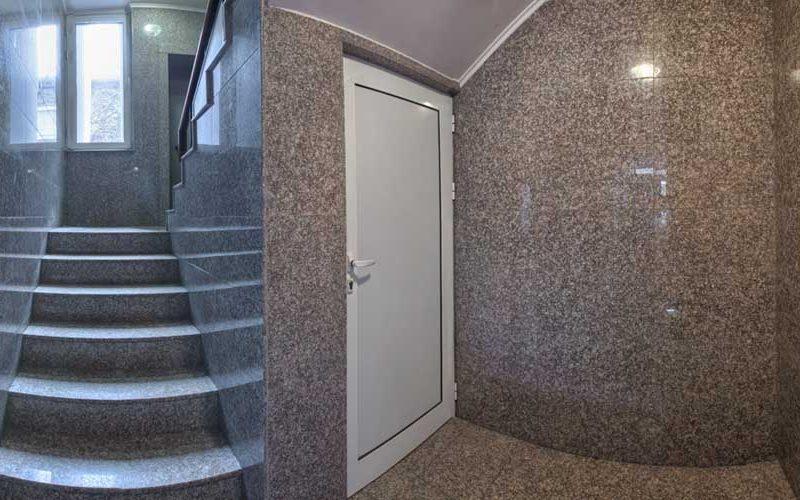 Облицовка на стълбище в жилищна сграда