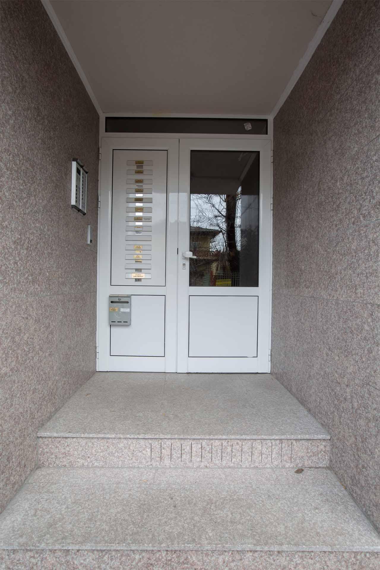 Облицовка на входна врата - жилищна сграда