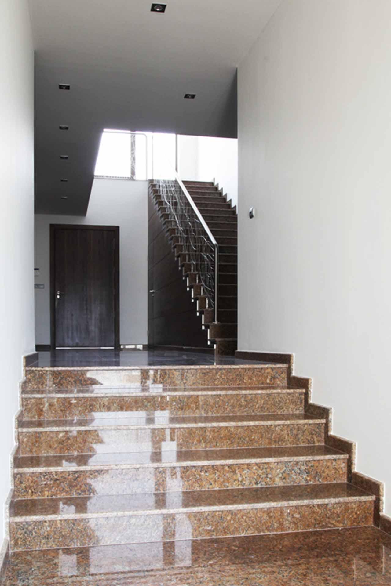 Вътрешно стълбище - полиран гранит