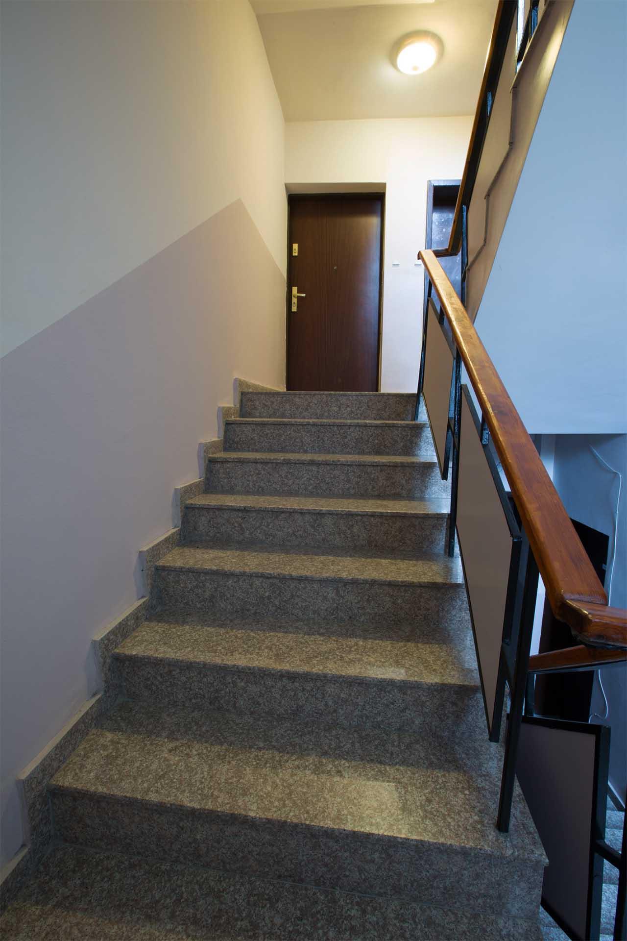 Вътрешно стълбище на жилищна сграда