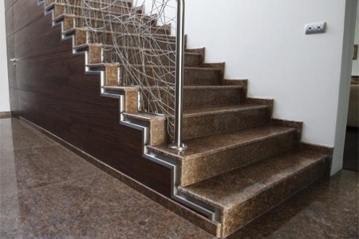 Вътрешно стълбище - облицовка от полиран гранит