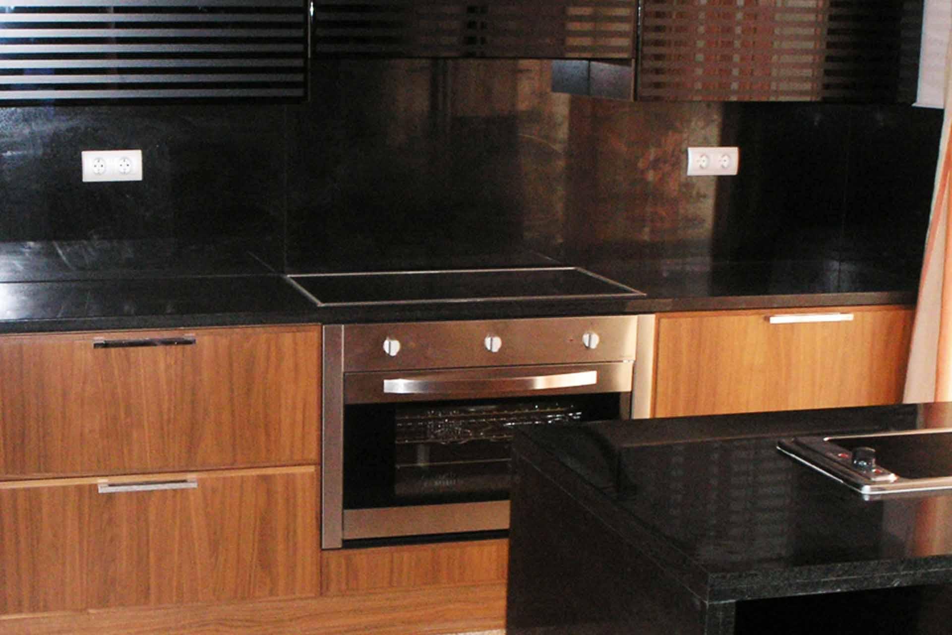 Кухненски плот - облицовка от черен полиран гранит