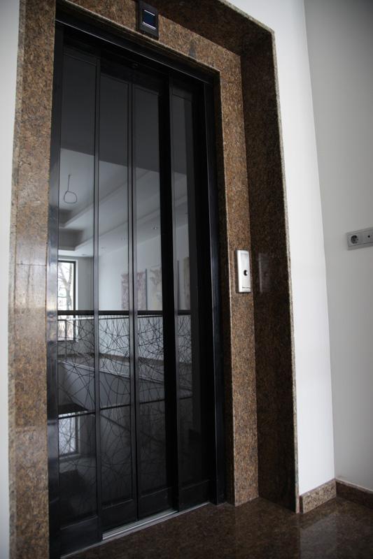 Коридор и асансьор - облицовка с плочи гранит