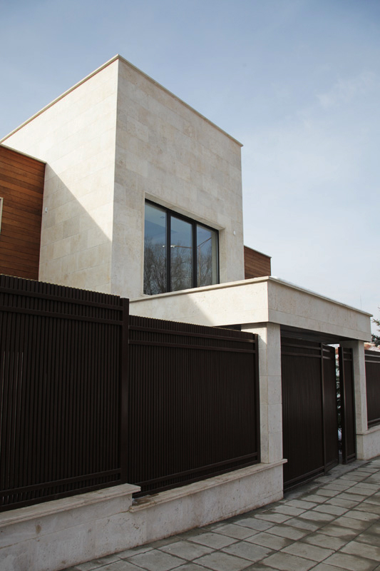 Фасада с бял травертин - резиденция