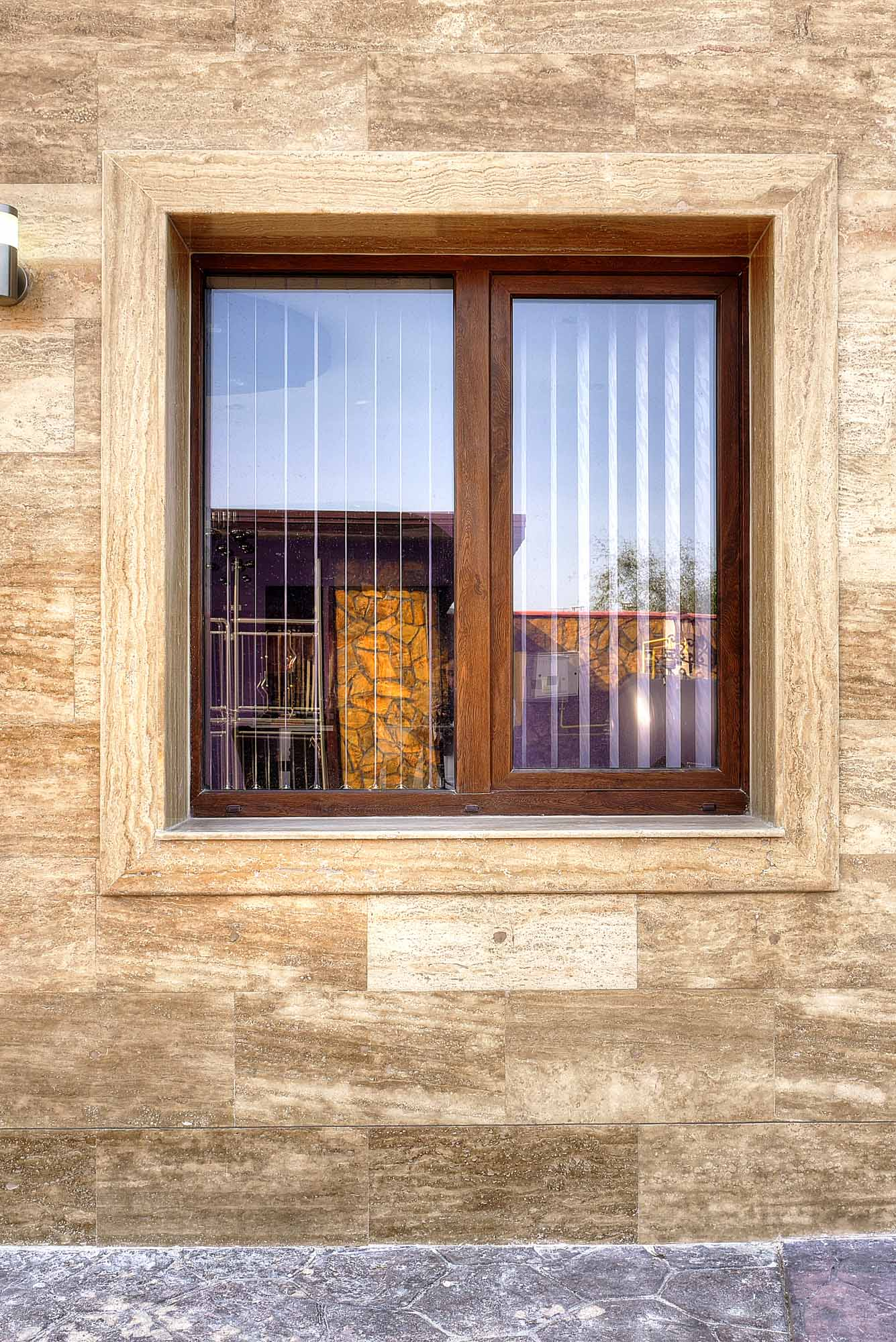 Прозорци, обърнати с травертин 2