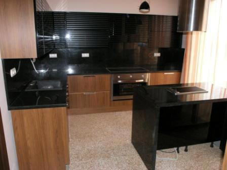 Полиран черен гранит - облицовка на кухненски бокс
