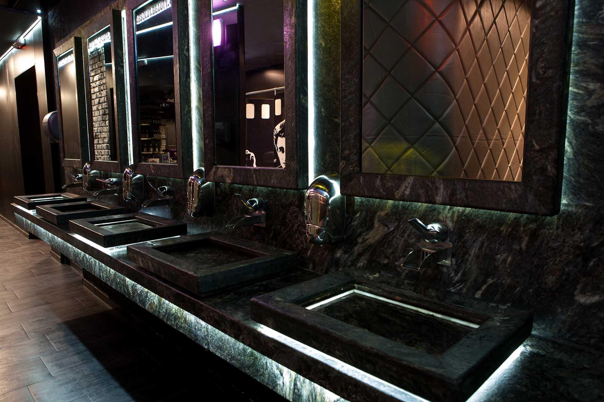 Плот и умивалници, облицовани с полиран гранит