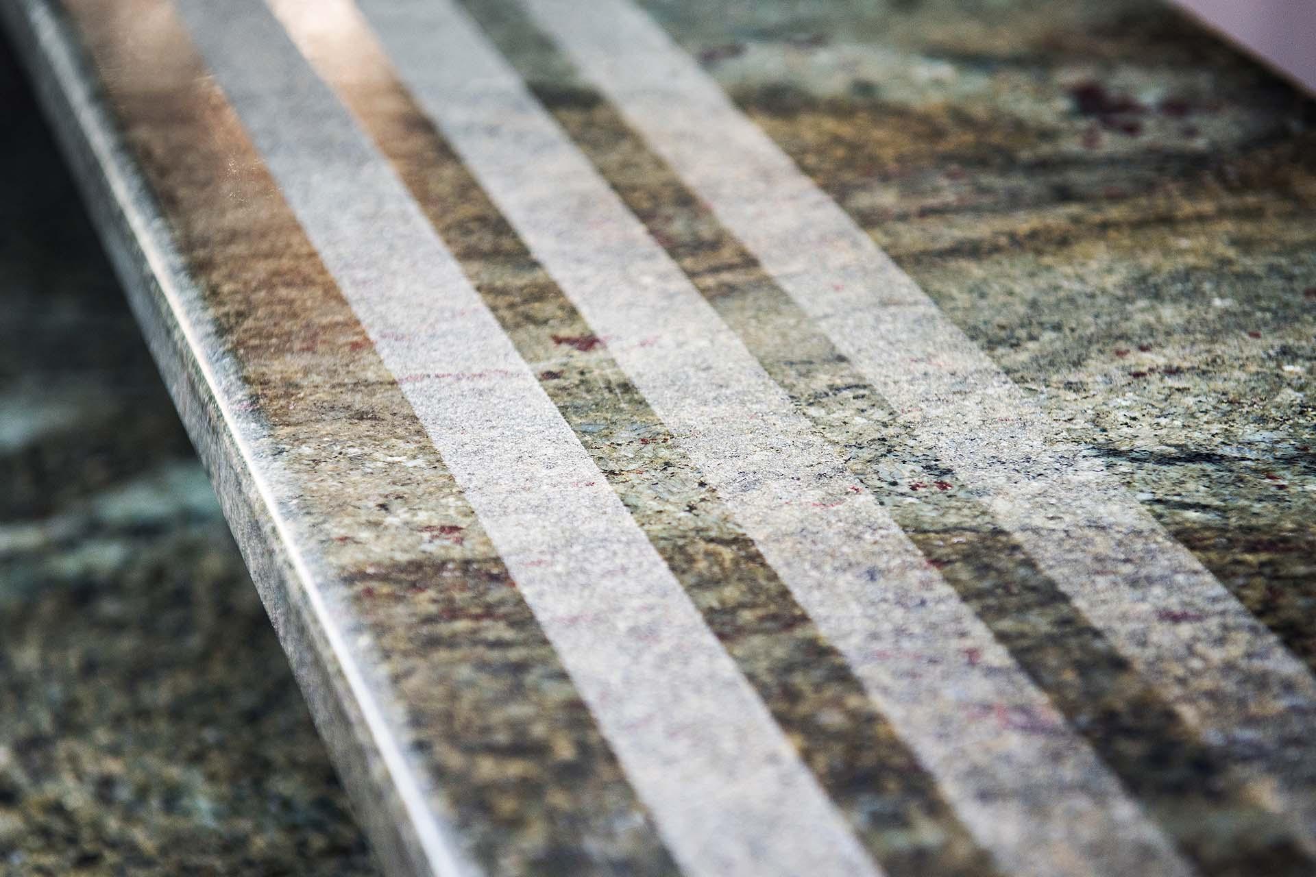 Стъпала от полиран гранит с пясъкоструечни ленти