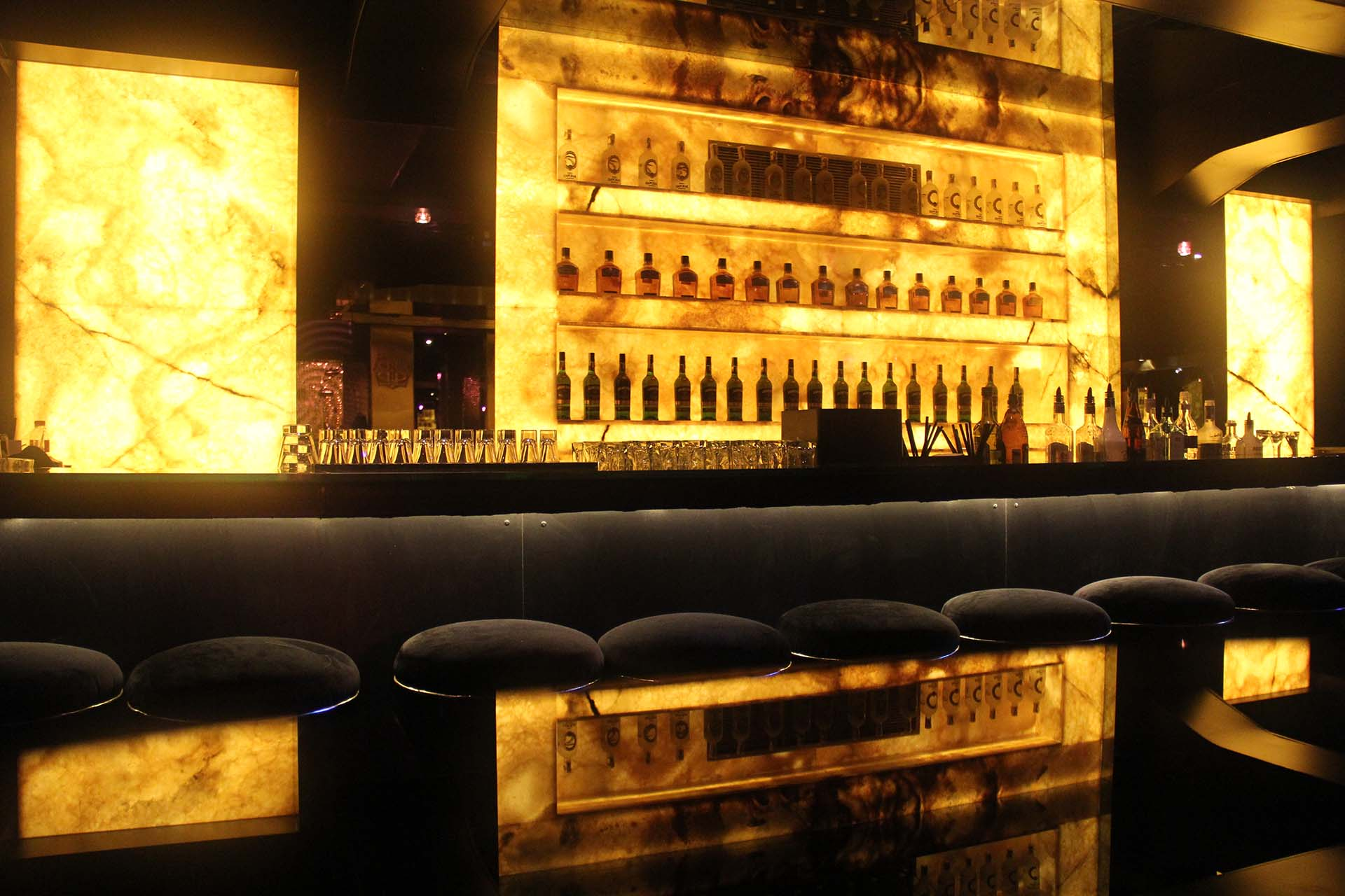 Облицовка на бар с жълт оникс - сух монтаж