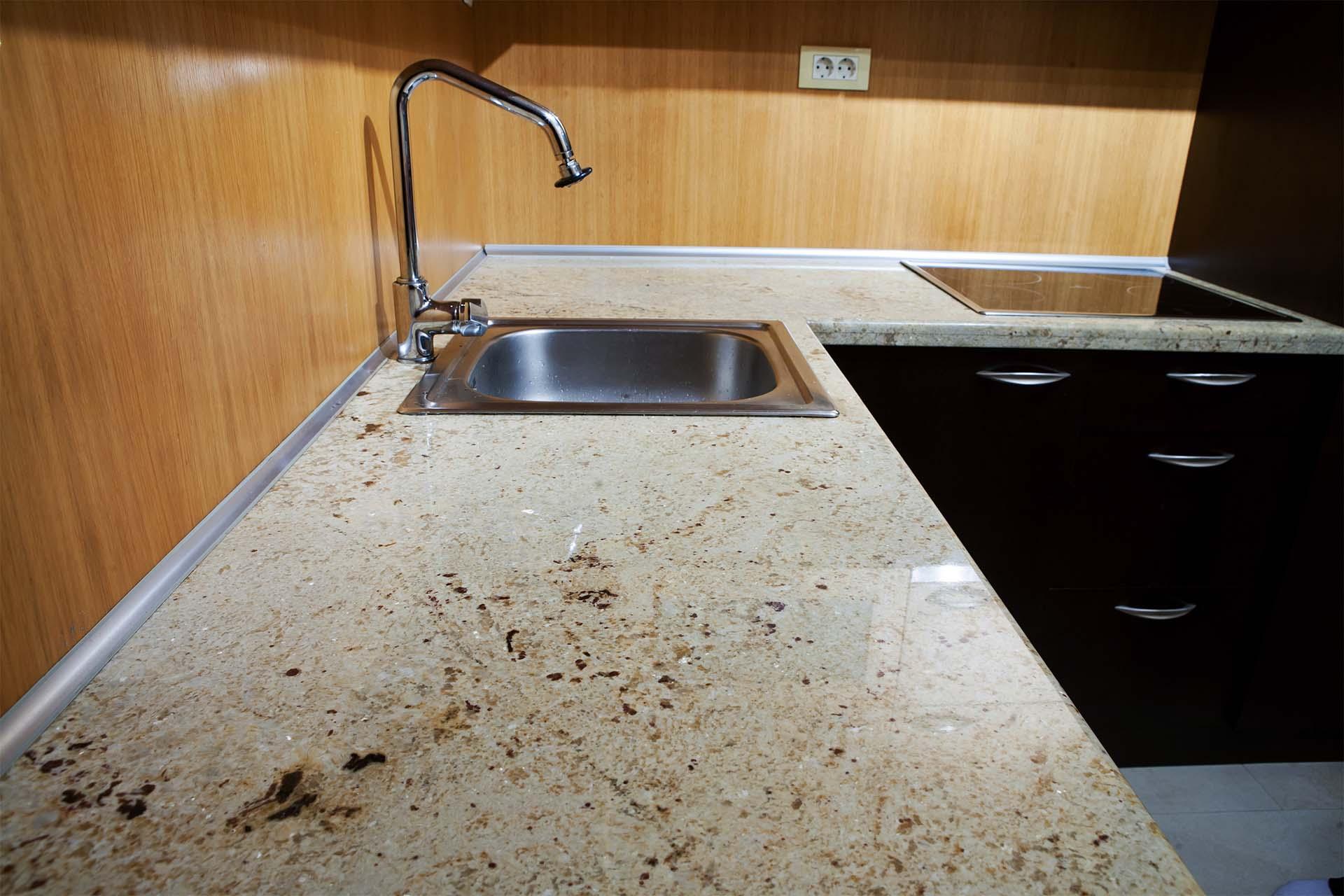 Кухненски плот от гранит Cashmere White и подлепка