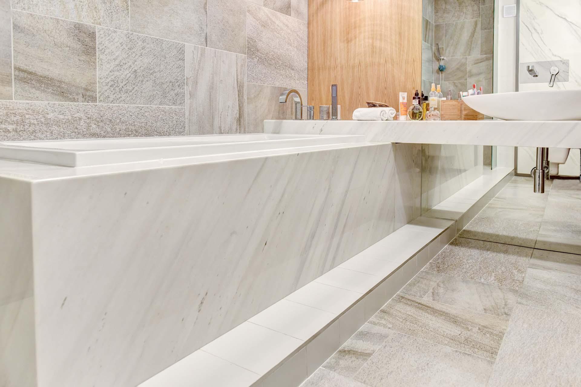 Облицовка на баня с мрамор - вана и плот