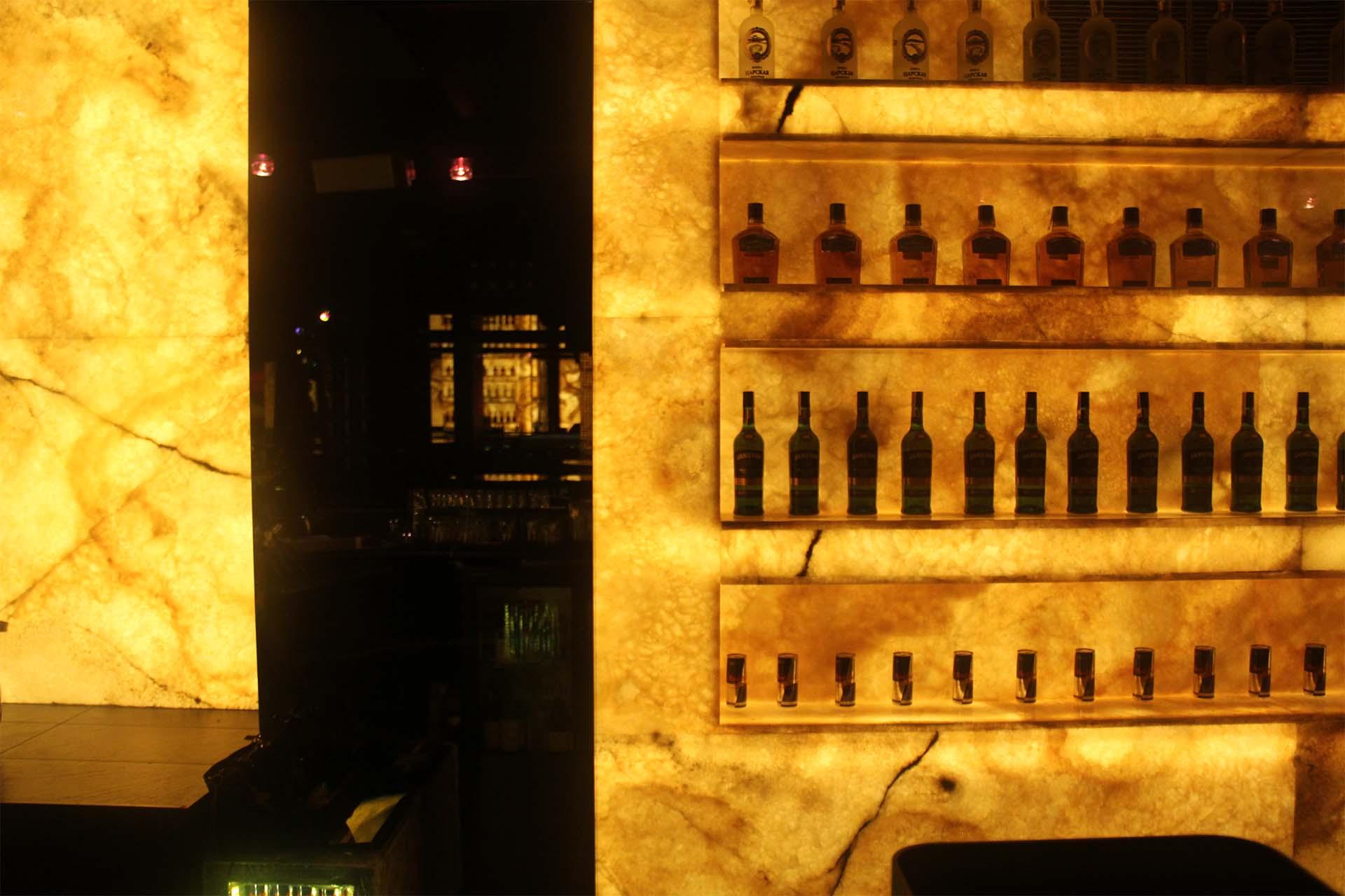 Облицовка на бар с естествен камък - жълт оникс