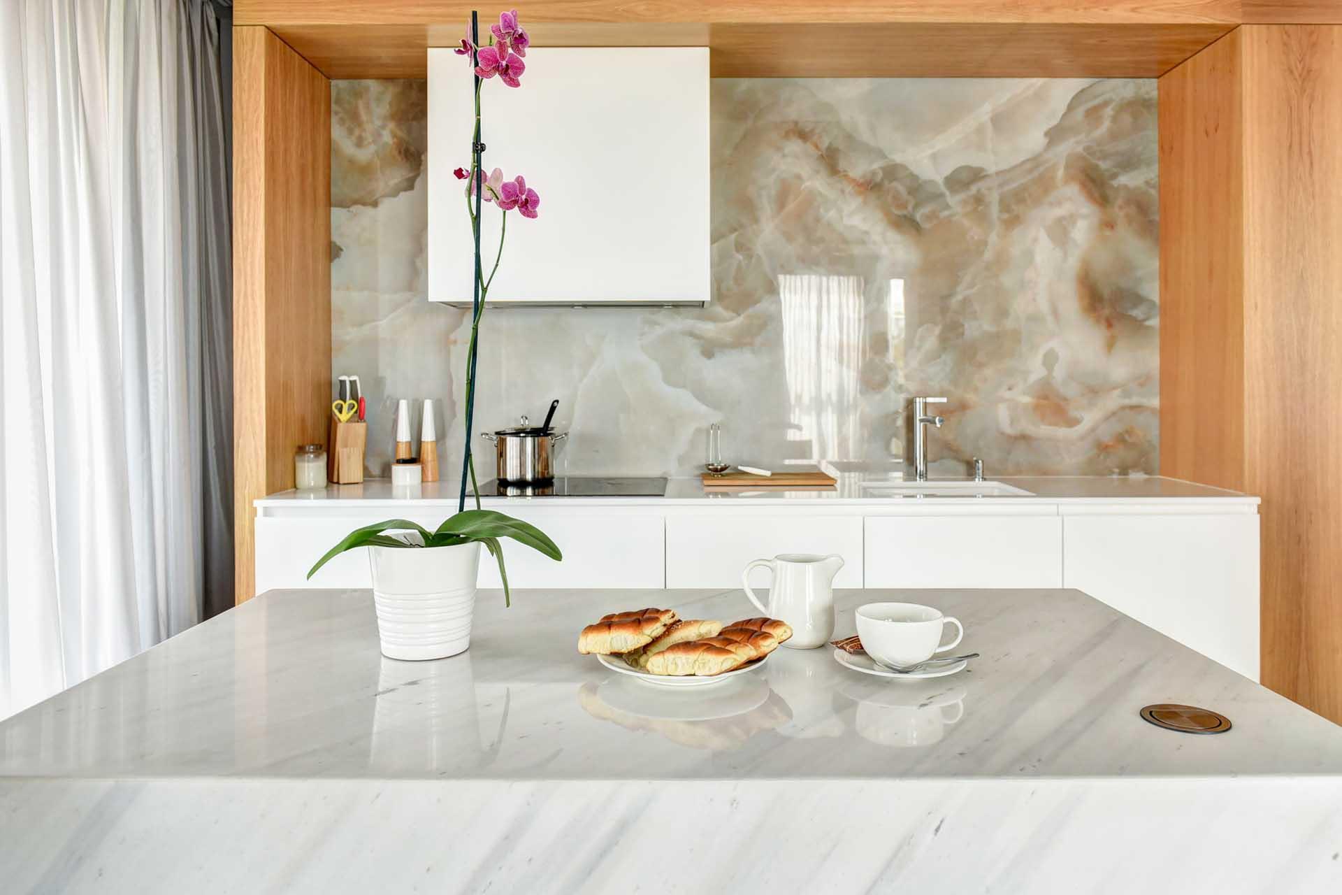 Кухненски остров от бял мрамор
