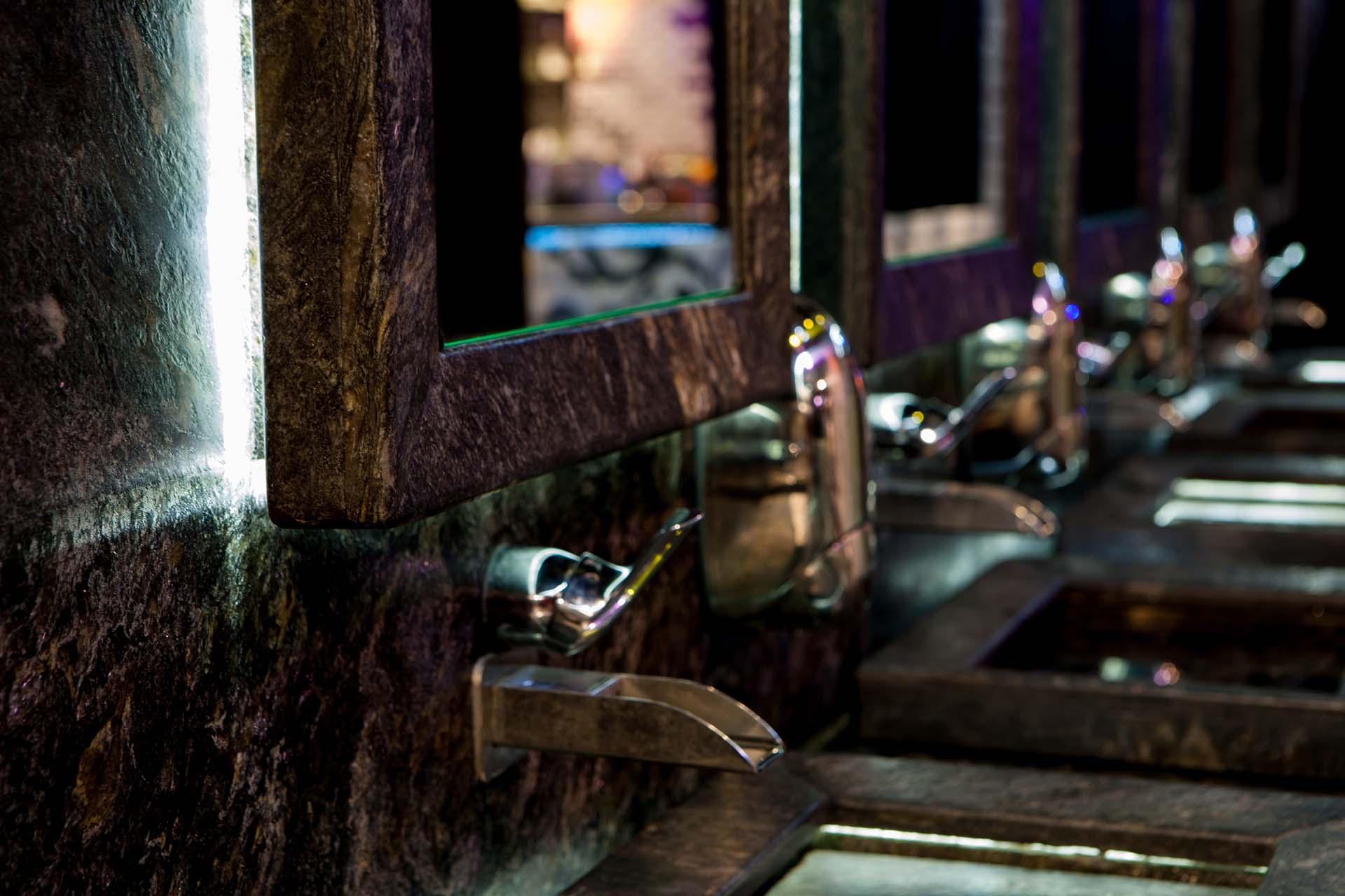 Умивалник на нощен клуб - полиран гранит и скрито осветление